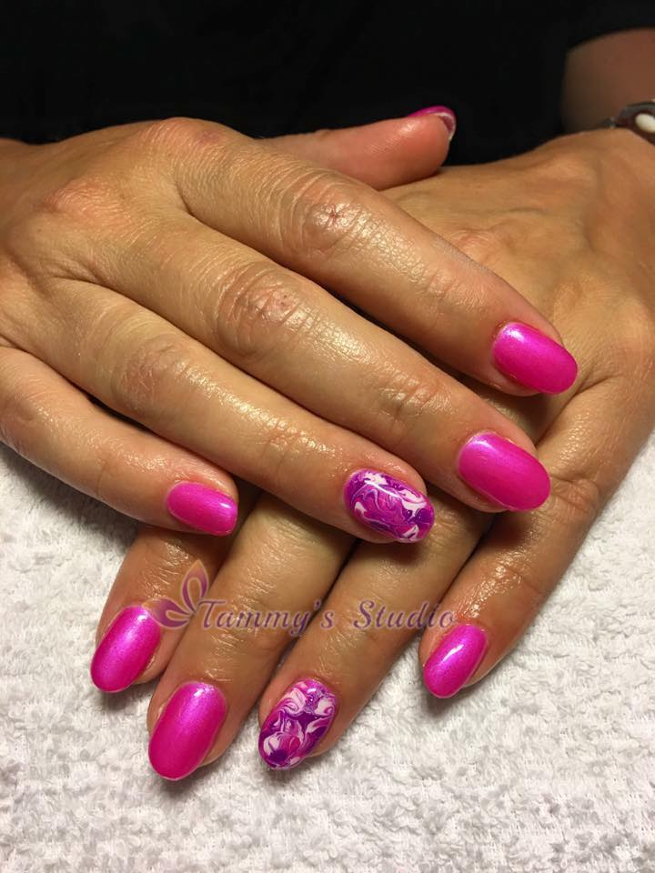neon-pink-wolken-wit-en-paars